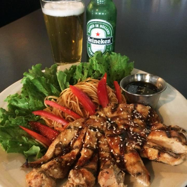 stir fried chicken dinner with heineken beer